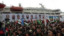 پرچم های فلسطینی و ترکیه در برابر کشتی ماوی مرمره و عکس کشته شدگان در حمله اسراییل به این کشتی