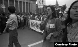 1989年4月27日来自各行各业的数百万学生和平民参加了游行。