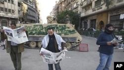 抗議者星期三在開羅的塔利爾廣場閱讀報章