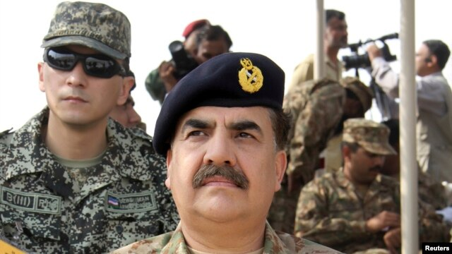 Pakistan's Lieutenant-General Raheel Sharif attends a military exercise in Khairpure Tamay Wali in Bahawalpur district, Nov. 4, 2013.