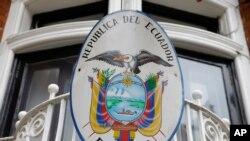 El escudo nacional de Ecuador cuelga en el balcón de la Embajada del país en Londres, donde se asila Julian Assange, el fundador de WikiLeaks desde hace más de cuatro años.