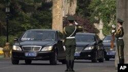 据信是崔龙海乘坐的专车离开北京钓鱼台国宾馆,中国武警卫兵向专车敬礼。(2013年5月24日)