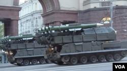 """今年5月9日胜利日红场阅兵前夕彩排时莫斯科街头的""""山毛榉""""导弹,北约命名为SA-11。(美国之音白桦拍摄)"""