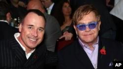 Sir Elton John (kanan) dan David Furnish dalam sebuah acara di London.