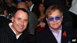 Daviec Furnish (trái) và Elton John