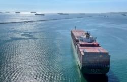 資料照片:等待進入擁塞的加州洛杉磯港和長灘港的集裝箱貨輪。 (2021年10月1日)