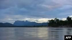 Các chuyên gia cho rằng 11 đập thủy điện đã hoặc đang được xây dựng ở miền nam Trung Quốc đang làm tắc nghẽn dòng chảy của con sông