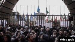 در سه روز گذشته شهرهای مختلف در ایران و چند دانشگاه بزرگ در تهران شاهد اعتراض مردم به جمهوری اسلامی بودند.