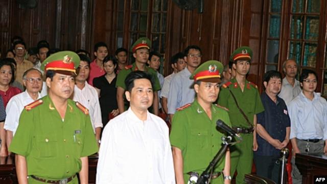 Tiến sĩ Cù Huy Hà Vũ tại tòa phúc thẩm ngày 2/8/2011