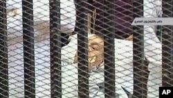 حسنی مبارک اور اُن کے دو بیٹوں سمیت مقدمے کے دیگر ملزمان کو ایک پنجرہ نما کٹہرے میں لایا گیا۔