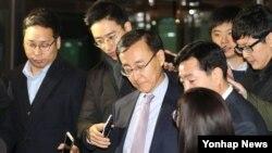 김수남 한국 검찰총장이 17일 오후 서울 서초동 대검찰청에서 퇴근하며 기자들의 질문을 받고 있다.