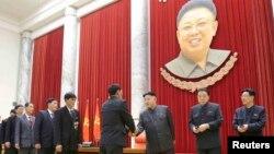 북한이 26일 처음으로 인민군 수산 부문 열성자회의를 개최한 가운데, 김정은 국방위원회 제1위원장(오른쪽 세번째)이 참가자들과 악수하고 있다.