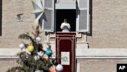 Paus Fransiskus menyampaikan pidatonya dalam doa Angelus dari jendela studionya yang menghadap ke Lapangan Santo Petrus di Vatikan, Minggu, 24 Desember 2017.