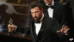 導演和制片賓艾佛力2013年2月24日在加州荷里活第85屆奧斯卡金像獎頒獎台接受最佳影片《Argo救參任務》金像獎