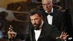 """ຜູ້ກໍາກັບການສະແດງ ດາລານໍາ ແລະຜູ້ສ້າງ Ben Affleck ຮັບເອົາ ຕຸກກະຕາຄໍາ ສໍາລັບຮູບເງົາຍອດຢ້ຽມປະຈໍາປີເລຶ້ອງ """"Argo"""""""