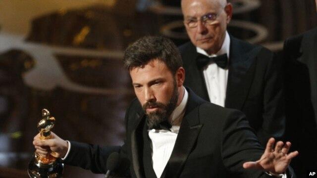 Ben Affleck, người sản xuất, đạo diễn và diễn viên chính trong cuốn phim Argo nhận giải Oscar phim xuất sắc nhất.