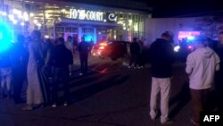 Hình ảnh từ đoạn phim do kênh truyền hình KSTP 5 ở Minneapolis, Minnesota, cho thấy người dân đứng bên ngoài hiện trường vụ tấn công bằng dao tại trung tâm mua sắm Crossroads.