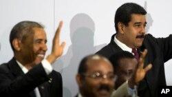 Ambos mandatarios conversaron brevemente en Panamá.
