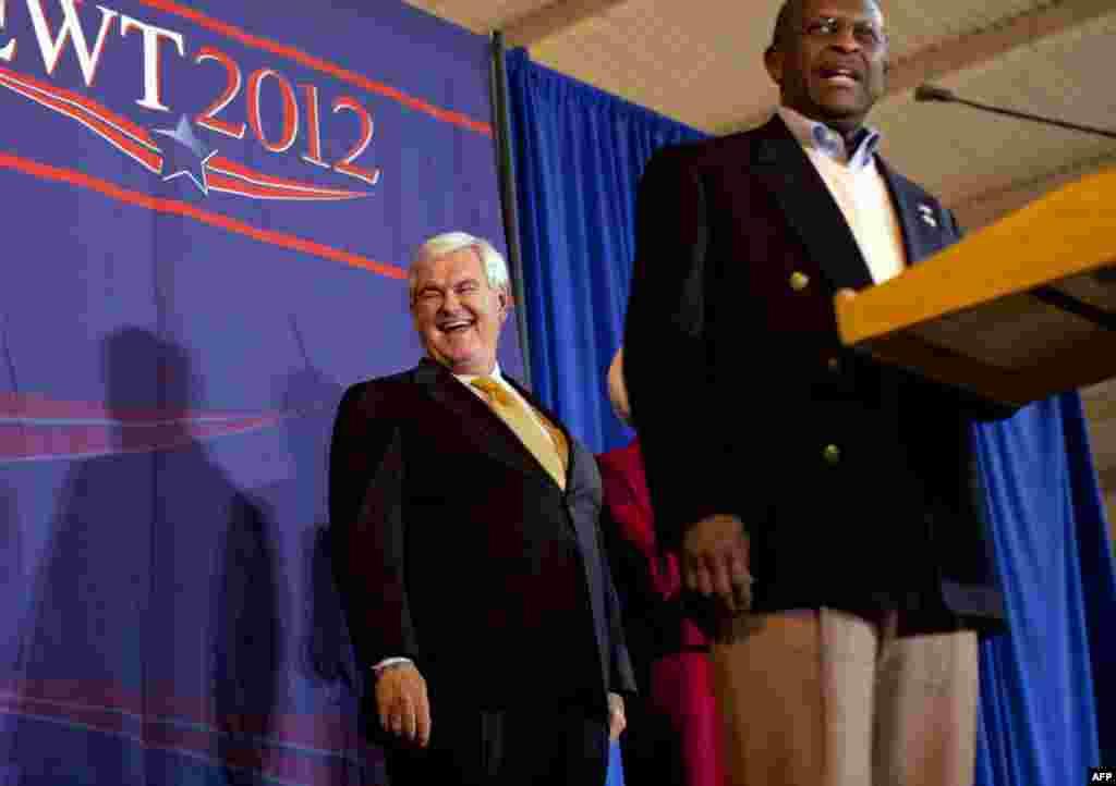 Бывший потенциальный кандидат в президенты США от Республиканской партии Герман Кейн выступает в поддержку Ньюта Гингрича (на заднем плане) в штате Теннесси 5 марта 2012 г.