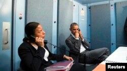 Tổng thống Barack Obama và Cố vấn An ninh Quốc gia Susan E. Rice nói chuyện với Cố vấn An ninh Nội địa Lisa Monaco về vụ tấn công khủng bố tại Brussels.