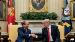 Tổng Thống Mỹ Donald Trump (phải) tiếp Thủ tướng Việt Nam Nguyễn Xuân Phúc tại Tòa Bạch Ốc, tháng 5/2017.