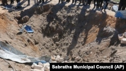 Cette photo montre l'endroit où les avions de guerre américains ont frappé un camp d'entraînement du goupe Etat islamique à Sabratha, en Libye, près de la frontière tunisienne, le 19 février 2016.