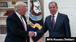 El presidente de EE.UU., Donald Trump, se reunió con el ministro de Relaciones Exteriores de Rusia, Sergei Lavrov en la Casa Blanca, el miércoles, 10 de mayo de 2017.