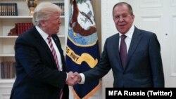 Le président américain Donald Trump et Sergueï Lavrov à la Maison blanche, le 10 mai 2017.