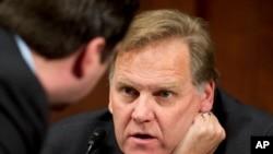 Ketua Komite Intelijen DPR Amerika dari Partai Republik Mike Rogers, R-Mich., kanan, berdiskusi dengan anggota komite dari Partai Republik Devin Nunes, dalam sidang di Capitol Hill tentang serangan teroris di gedung AS di Benghazi, 2 April 2014