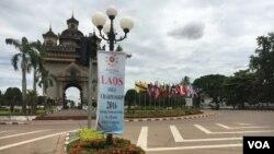 Cờ ASEAN ở Patuxai, một đài tưởng niệm chiến tranh ở Vientiane.