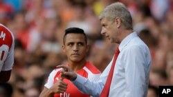 Manajer Arsenal, Arsene Wenger, memberi instruksi pada Alexis Sanchez di Stadion Emirates, London. (Foto: Dok)