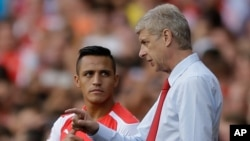 Manajer Arsenal, Arsene Wenger (kanan), memberi instruksi pada Alexis Sanchez pada sebuah pertandingan. (AP/Matt Dunham)