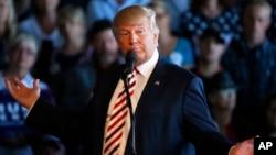 共和黨總統候選人川普10月18日在競選集會上發言。