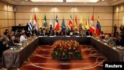 """UNASUR adoptó este mes una resolución en Santiago de Chile para """"acompañar, apoyar y asesorar"""" el diálogo político en Venezuela."""