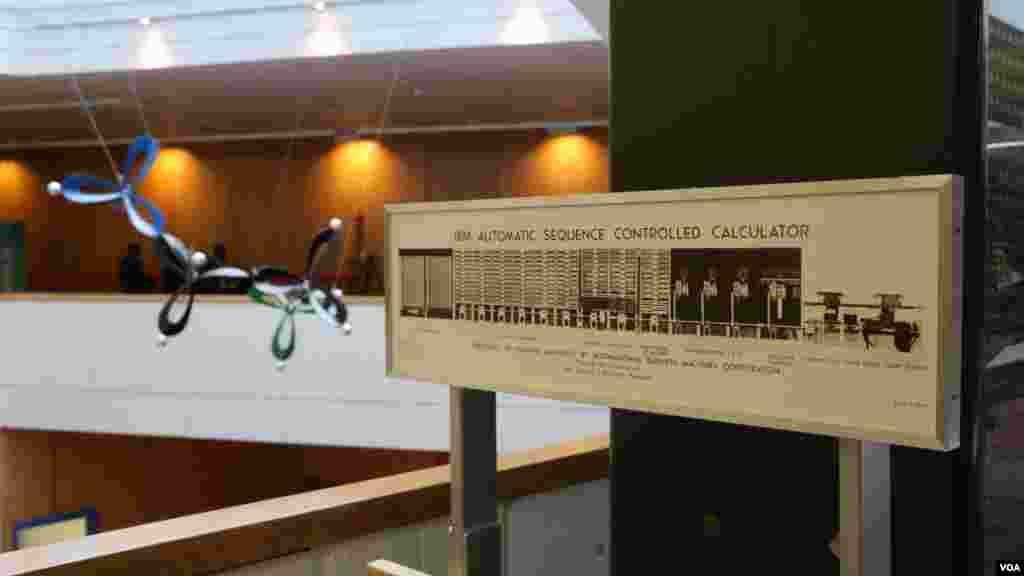 نمایی از مرکز علوم دانشگاه هاروارد و تابلویی که درباره ماشینهای قدیمی محاسبات توضیح میدهد؛ یکی از داراییهای ارزشمند این موسسه تاریخی.