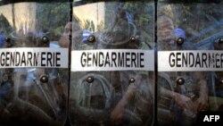 Cảnh sát bên ngoài tòa nhà của Ủy ban bầu cử độc lập ở Conakry. Các lực lượng an ninh ở thủ đô Conary của Guniea đang được đặt trong tình trạng báo động cao