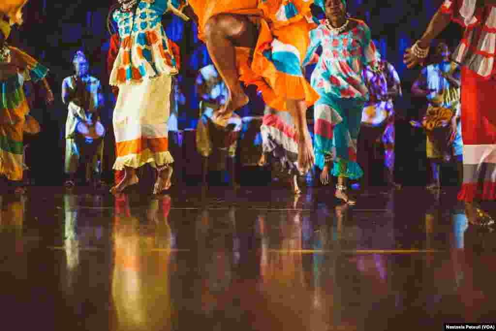 Les danseurs de la compagnie de danse d'Assane Konte, KanKouran West African Danse Company sur scène, à Washington D.C., le 5 juin 2017. (VOA/Nastasia Peteuil)