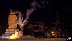 پائین کشیده شدن مجسمه لنین توسط گروهی از فعالان ملی گرای اوکراینی در میدان مرکزی شهر خارکیف در شرق اوکراین - ۶ مهر ۱۳۹۳