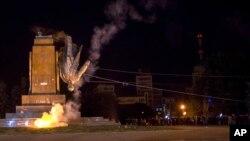 Tượng Lenin bị cư dân thành phố Kharkiv kéo đổ, ngày 28 tháng 9, 2014.