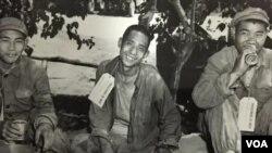 戰俘笑臉對著鏡頭 (視頻截圖)