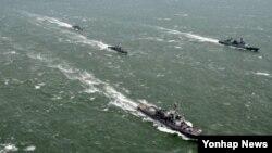 미한 해군 해상전투단이 27일 제주 서북방 해상에서 해상기동훈련을 하고 있다.