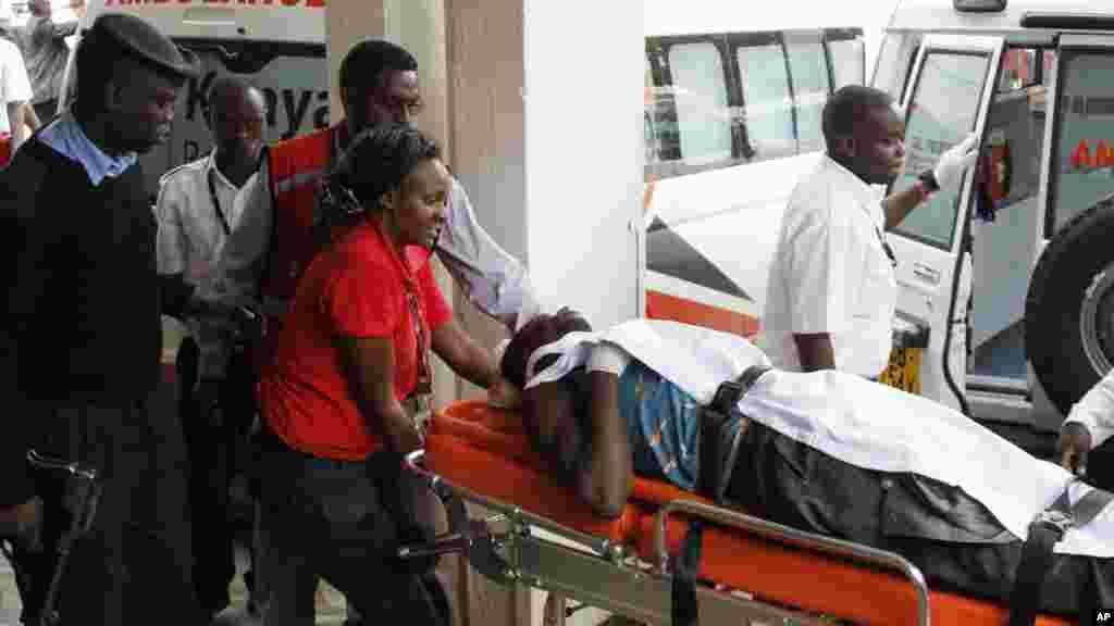 Un blessé transporté sur une civière à l'Hôpital national Kenyatta de Nairobi, au Kenya, Mardi 7 Juillet 2015, après une attaque perpétrée par hommes armés à Mandera.