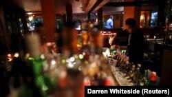 Seorang bartender mencampur minuman beralkohol di sebuah restoran di Jakarta. Melalui Peraturan Presiden tanggal 25 Mei 2021, Presiden Joko Widodo akhirnya memutuskan industri minuman alkohol menjadi bidang usaha yang tertutup untuk investasi. (Foto: REUT