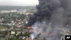 2013年7月6日加拿大东部魁北克省运载原油火车脱轨燃烧。