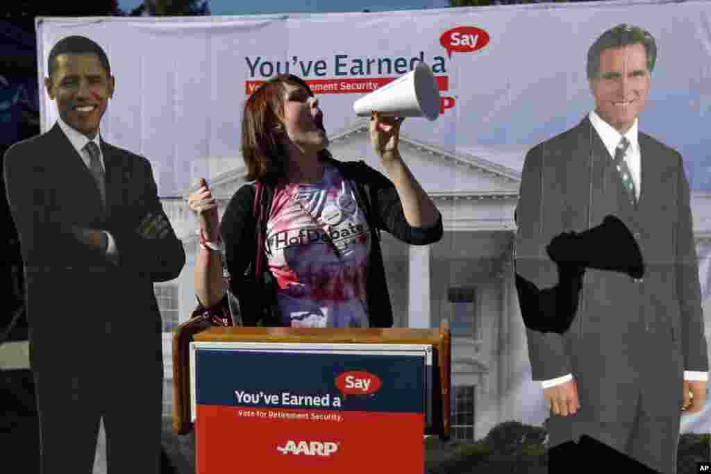 Corinne Mestemacher, étudiante de deuxième année de l'université Hofstra, se faisant photographier avec des photos géantes du président Barack Obama et du candidat républicain Mitt Romney