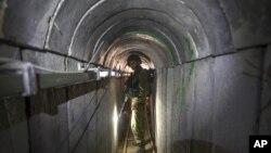 یکی از تونل های گروه حماس در نوار غزه که نیروهای اسرائیلی آن را کشف و تخریب کردند - تابستان ۱۳۹۳