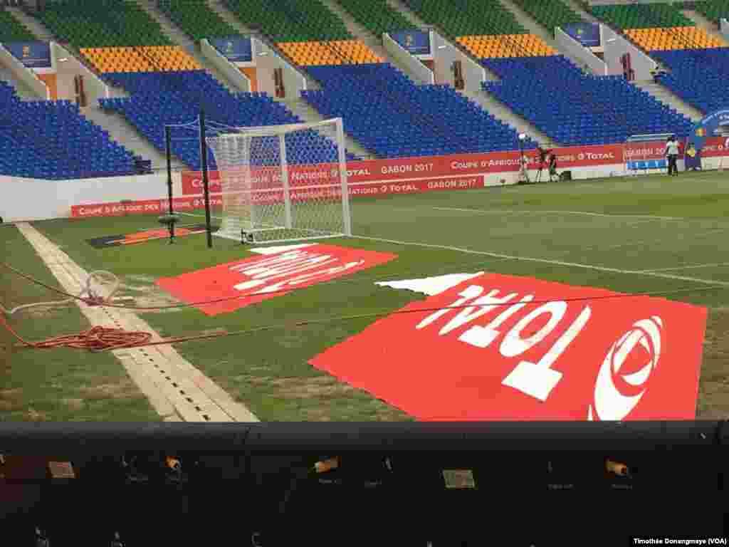 Les derniers préparatifs sont mis en place au stade d'Oyem, au Gabon, le 25 janvier 2017. (VOA/Timothée Donangmaye)