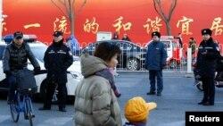 Policija ispred osnovne škole u Pekingu gde je domar napao đake čekićem.