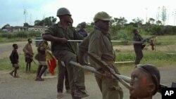 Des combattants Mayi Mayi patrouillent dans le parc national de Virunga au nord de Goma, le 11 décembre 1996 (Archives)