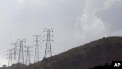Pylônes électriques d'Eskom dans une banlieue de Johannesburg, le 24 novembre 2011.